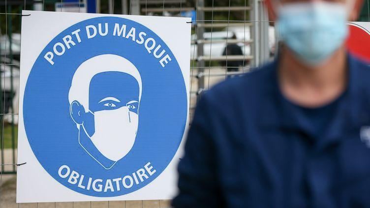 Le port du masque est obligatoire pour les salariés de l'usine du constructeur automobile Stellantis (ex-PSA) à Sochaux. (LIONEL VADAM / MAXPPP)