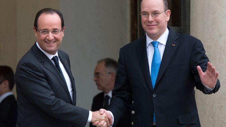 Le président de la République,François Hollande, et le prince Albert de Monaco, le 7 décembre 2012 à Paris. (BERTRAND LANGLOIS / AFP)