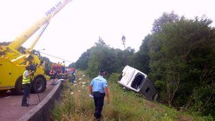 Le car britannique s'est couché sur le bas côté de l'autoroute A39 non loin de Lons-le-Saunier,samedi 23 juillet 2016. (STEPHANIE BOURGEOT / FRANCE 3)