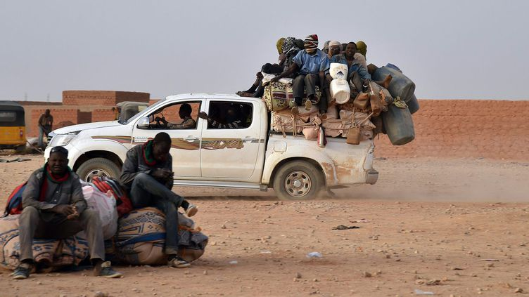 En 2016, 335.000 migrants ont été observés se dirigeant vers le Nord par l'Organisation internationale pour les migrations (OIM), qui en a recensé 111.000 regagnant Agadez dans l'autre sens. Des chiffres parcellaires: l'OIM ne comptabilise que les migrants passant par ses points de suivi, sans prétendre à l'exhaustivité. Ils vont soit vers l'Algérie, soit, dans leur grande majorité, vers la Libye pour y travailler ou tenter de monter sur un bateau à destination de l'Europe. En mai 2015, le Niger a adopté une loi très sévère interdisant le trafic des migrants pour tenter de tarir le flux, rendant encore plus difficile leur trajet. (Issa Sanogo/AFP)
