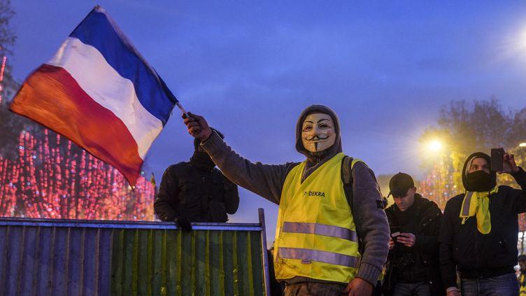 """Un militant Anonymous et """"gilet jaune"""" à Paris, le 24 novembre 2018. (BENEDICTE VAN DER MAAR / HANS LUCAS / AFP)"""