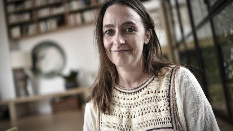 La journaliste Cécile Delarue à Paris le 22 juin 2021. (STEPHANE DE SAKUTIN / AFP)