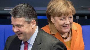 La chancelière allemande Angela Merkel et le ministre allemand des Affaires économiques, Sigmar Gabriel. (KAY NIETFELD / DPA)