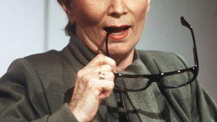 Fernande Grudet pose avant une émission de télévision, le 5 mai 1986, à Paris. (MICHEL GANGNE / AFP)