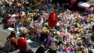 Des fleurs déposée sur Albert Square, à Manchester, le 24 mai 2017, en hommage aux victimes de l'attentat de la Manchester Arena. (PETER NICHOLLS / REUTERS)