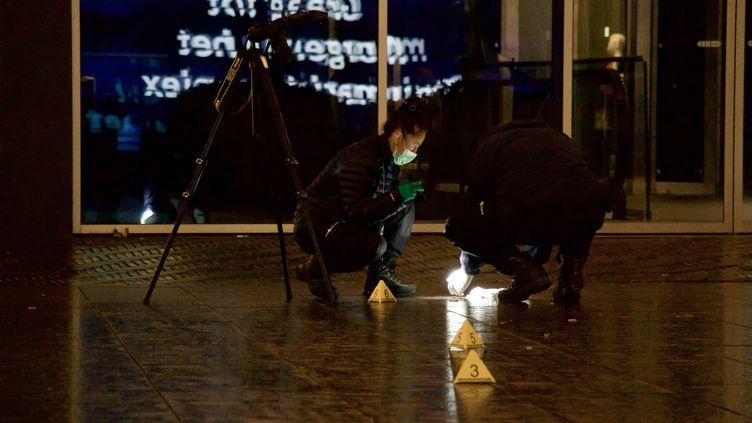 Des officiersexaminent la scène de l'attaque au couteau à La Haye (Pays-Bas), le 29 novembre 2019. (ABDULLAH ASIRAN / ANADOLU AGENCY / AFP)