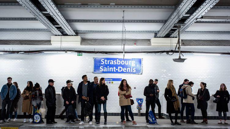 Des passagers attendent le métro à la station Strasbourg Saint-Denis, dans le 10e arrondissement parisien, le 10 janvier 2020. (MARTIN BUREAU / AFP)