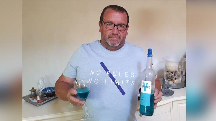 René Le Bail présente son vin bleu, le Vindigo. (Sébastien Garnier / RADIO FRANCE)