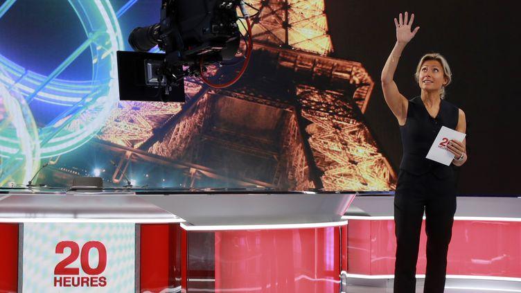 """Anne-Sophie Lapix, le 14 septembre 2017, sur le plateau du """"20 heures"""" de France 2. (JACQUES DEMARTHON / AFP)"""