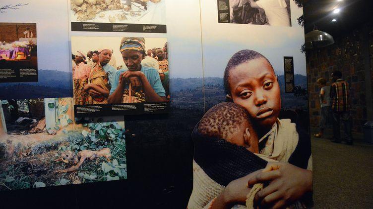 Les visages de jeunes victimes du génocide rwandais de 1994 exposées au mémorial de Kigali (Rwanda), le 4 avril 2014. (SIMON MAINA / AFP)