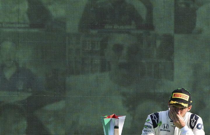 Pierre Gasly (Alpha Tauri) incrédule sur le podium de Monza après sa première victoire en F1 (JENIFER LORENZINI / POOL / REUTERS POOL)