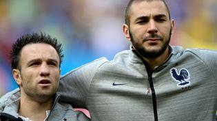 Mathieu Valbuena et Karim Benzema durant la Coupe du monde 2014, au Brésil. (FRANCK FIFE / AFP)