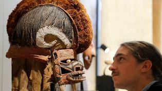 Masque Tatuanua de Nouvelle Irlande,une île de Papouasie-Nouvelle-Guinée, exposé lors du salon international d'arts premiers, Parcours des mondes.  (FRANCOIS GUILLOT / AFP)