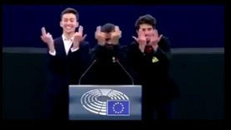 Les trois jeunes marseillais font le signe du chanteur Jul à la fin de leur discours au Parlement européen à Strasbourg (Bas-Rhin). (CAPTURE D'ECRAN TWITTER)