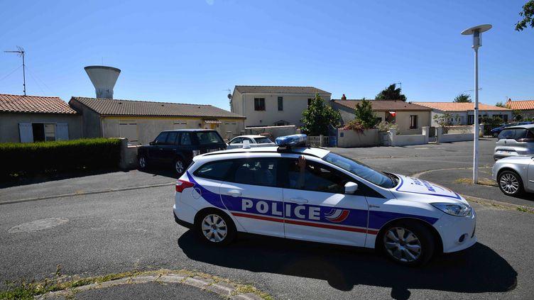 Un véhicule de police devant le domicile d'un policier retraité, arrêté dans le cadre du coup de filet visant un groupuscule d'ultra-droite soupçonne de projeter un attentat contre des musulmans, le 25 juin 2018 àTonnay-Charente (Charente-Maritime). (XAVIER LEOTY / AFP)