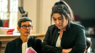 Béatrice Huret (à droite) et son avocate Marie-Hélène Calonne,eu tribunal de Boulogne-sur-Mer, le 27 juin 2017. (PHILIPPE HUGUEN / AFP)