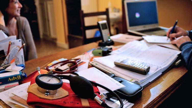 Un médecin rédige une ordonnance en consultation le 25 septembre 2012 àGodewaersvelde (Nord). (PHILIPPE HUGUEN / AFP)