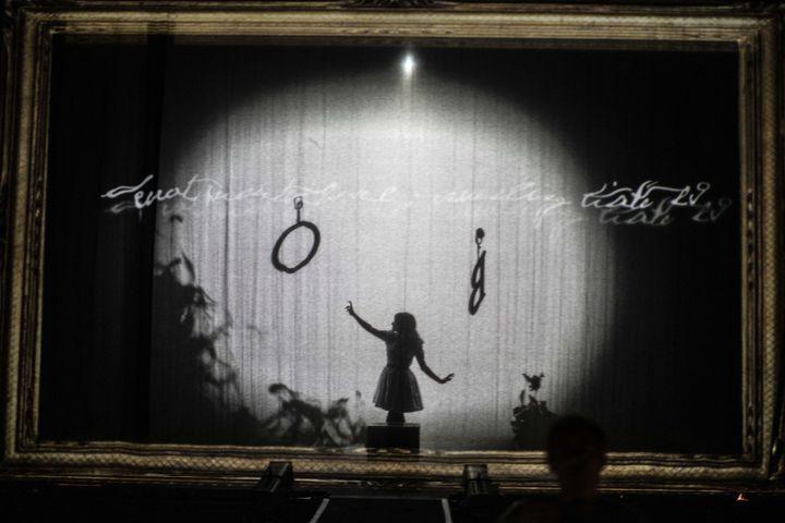 """La scène transformée en tableau dans """"Alice traverse le miroir"""" au théâtre de la Ville. (Jean-Louis Fernandez)"""