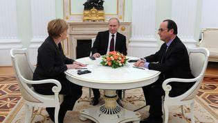 La chancelière allemande Angela Merkel, le président russe Vladimir Poutine et le président de la République François Hollande, le 6 février 2015 à Moscou (Russie). (MICHAEL KLIMENTYEV / RIA NOVOSTI / AFP)