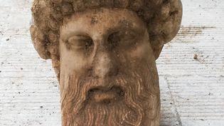 Une tête de statue du dieu Hermès trouvée à Athènes lors de travaux (15 novembre 2020) (MINISTERE GREC DE LA CULTURE / AFP)