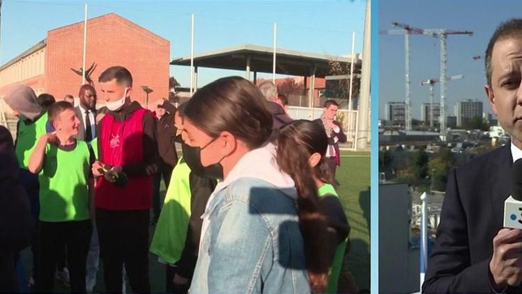 Emmanuel Macron, était en Seine-Saint-Denis, jeudi 14 octobre, dans la matinée. Le président de la République a visité le chantier du futur village olympique des JO 2024 et participera à un match de football de charité. (CAPTURE D'ÉCRAN FRANCE 3)