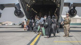 Une évacuation organisée par l'armée américaine sur le tarmac de l'aéroport de Kabul le 23 août 2021. (SAMUEL RUIZ / US MARINE CORPS / AFP)