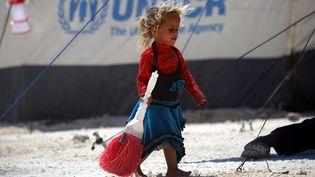 Une fillette dans un camp de réfugiés établi près du village de Ain Issa, dans le nord de la Syrie, le 10 juin 2017. (DELIL SOULEIMAN / AFP)