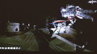 Des taïkonautes lors d'une sortie spatiale en tandem, le 4 juillet 2021. (JIN LIWANG / XINHUA / AFP)