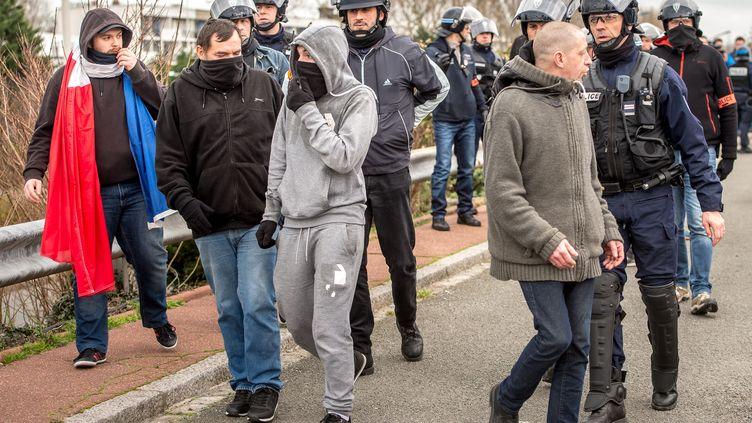 Des policiers dispersent une manifestation organisée par Pegida France, le 6 février 2016, à Calais (Pas-de-Calais). (PHILIPPE HUGUEN / AFP)