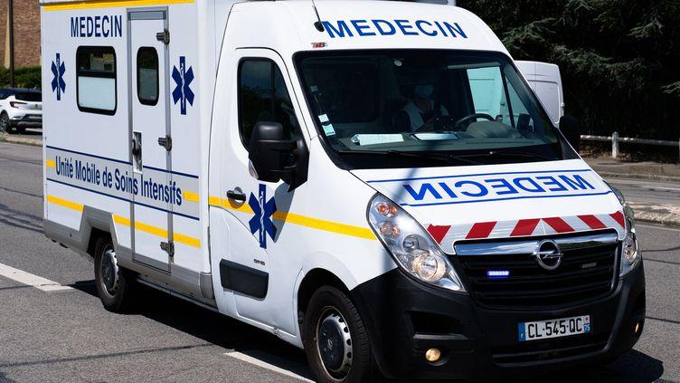 Un véhicule du Samu de Parisse rend à l'hôpital le 18 décembre 2020. (NICOLAS LEPAGNOT / HANS LUCAS / AFP)