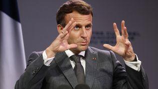 Les gestes du président Macron lors de son discours à Kigali, pour l'inauguration du centre culturel francophone du Rwanda, le 27 mai 2021. (LUDOVIC MARIN / AFP)
