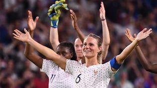 La capitaine de l'équipe de France Amandine Henricélèbre la victoiredes Bleues face au Brésil, le 23 juin 2019 au Havre. (FRANCK FIFE / AFP)
