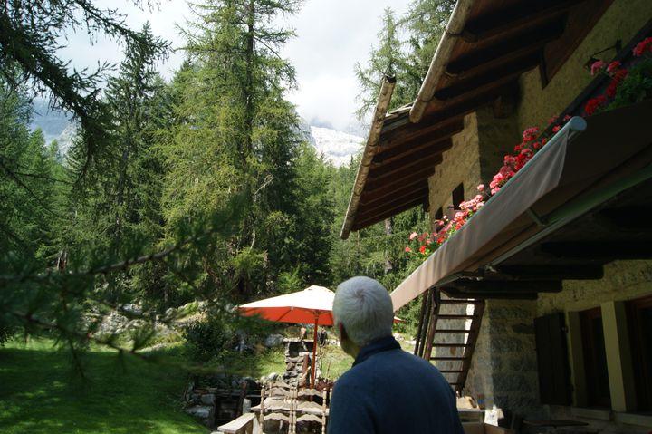 Ludovico Colombati regarde le glacier de Planpincieux depuis la terrasse de sa maison, le 19 août 2021. (SOLENE LEROUX / FRANCEINFO)