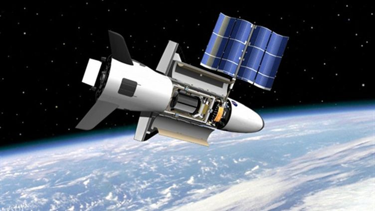 Une vision artistique de la navette américaine sans équipage X-37B, en orbite autour de la Terre (AFP/NASA/HANDOUT/RESTRICTED TO EDITORIAL USE)
