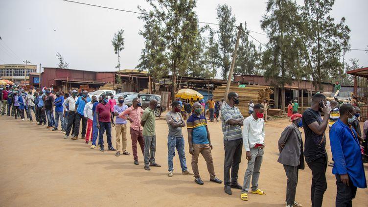 File d'attente le 15 mars2021 devant un centre de vaccination contre le Covid-19 à Kigali, la capitale du Rwanda. (LATIN AMERICA NEWS AGENCY)
