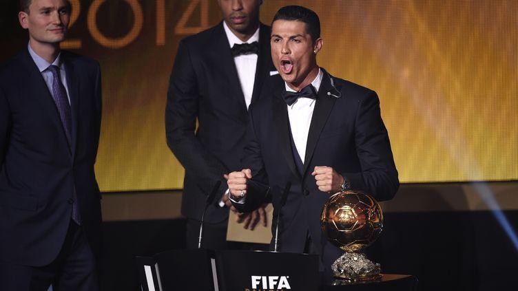 Cristiano Ronaldo a remporté son troisième Ballon d'or, le 12 janvier 2015, au siège de la Fifa, à Zürich (Suisse). (OLIVIER MORIN / AFP)