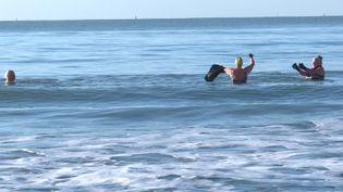 Ces trois amis se retrouvent chaque matin pour une baignade en pleine mer. (France 3)