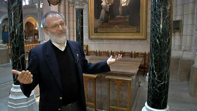Le prêtre Olivier Maire à Saint-Laurent-sur-Sèvre (Vendée), lors d'un sujet diffusé par France 3 Pays de la Loire, le 30 octobre 2015. (FRANCE 3 PAYS DE LA LOIRE)