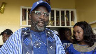 L'ancien footballeur et candidat à l'élection présidentielleau Liberia George Weah devant son domicile à Monrovia, le 23 décembre 2017. (SEYLLOU / AFP)