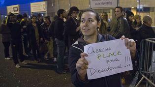 Une femmecherche un place pour assister au spectacle de Dieudonné au Zenith de Nantes, spectacle annulé au soir du 9 janvier 2014 (MICHEL EULER / AP/ SIPA )