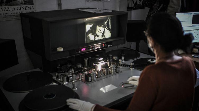 """Laure Marchaut, monteuse, qui travaille sur la reconstruction du film d'Abel Gance, """"Napoléon"""". (STEPHANE DE SAKUTIN / AFP)"""