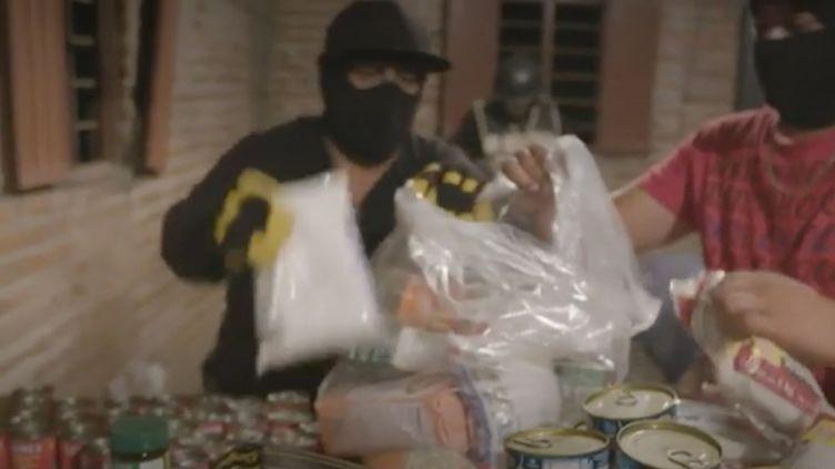 Le Mexique n'est pas épargné par la crise du coronavirus. Dans ce contexte, les narcotrafiquants fournissent des denrées alimentaires aux plus pauvres. En gagnant le soutien du peuple, les cartels renforcent leur emprise sur la population. (FRANCEINFO)