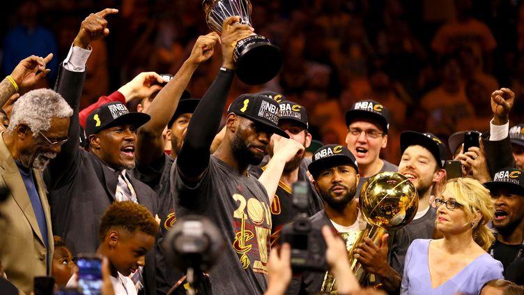 LeBron James au milieu des siens, là où il est le mieux (EZRA SHAW / GETTY IMAGES NORTH AMERICA)