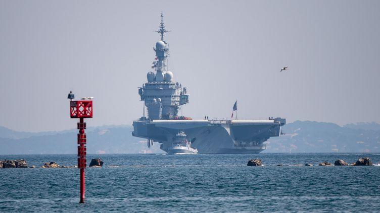 """Le porte-avions """"Charles-de-Gaulle"""", à son arrivée au port de Toulon (Var), le 12 avril 2020. (CHRISTOPHE SIMON / AFP)"""