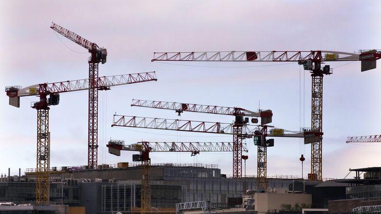 Des grues sur un chantier à Paris, le 17 octobre 2019. (VINCENT ISORE / MAXPPP)