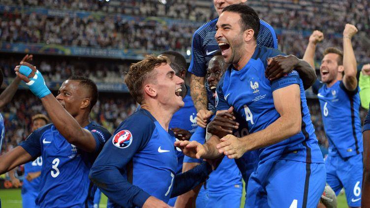 Explosion de joie des Français après leur qualification pour la finale de l'Euro, à l'unisson avec le public du Vélodrome (BERTRAND LANGLOIS / AFP)