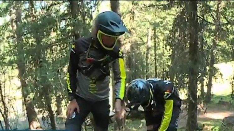 """Alors que les amateurs de sensations fortes profitent de l'été en dévalant les pistes de ski à VTT, des patrouilleurs, """"bike patrols"""", veillent chaque jour à la sécurité du parcours (FRANCE 3)"""