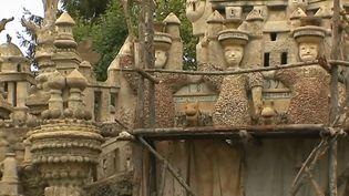 Un pan de mur du Palais idéal construit par le Facteur Cheval, à hauterives, dans la Drôme. (FRANCE 3)