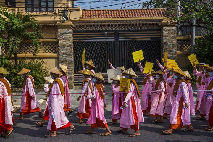 Des nonnes bouddhistes manifestent contre le coup d'État militaire. Mandalay, 26 février 2021.  (© Photographe anonyme en Birmanie pour The New York Times)