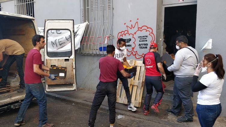 Des habitants et des collectifs s'organisent pour distribuer de la nourriture aux plus pauvres dans la cité Maison Blanche de Marseille (Bouches-du-Rhône). (ÉRIC AUDRA / RADIO FRANCE)